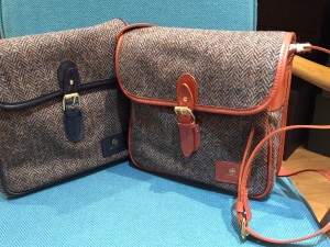 FLAPOVER SHOULDER BAG COLOR : RIGHT・・・ヘリンボーン×OXFORD TAN LEFT・・・ヘリンボーン×DARK BLUE PRICE : ¥35,000+TAX