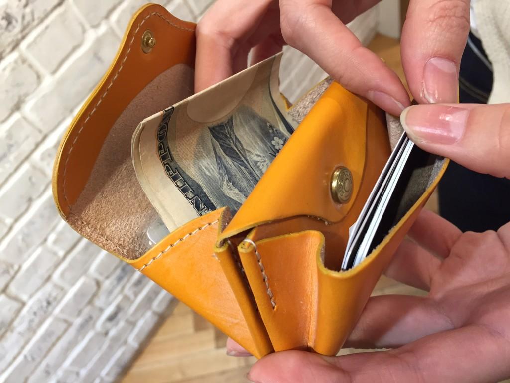 実際にスタッフが愛用しているGOLDのモデル。 見た目以上に容量があるので、メイン財布としても使えるとのことです。