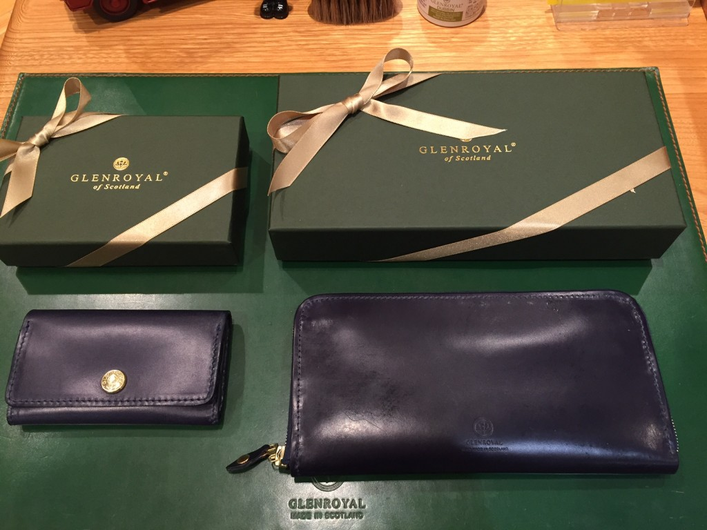 左:BUSINESS CARD HOLDER ¥17,000+TAX 右:ZIP AROUND LONG PURSE ¥44,000+TAX