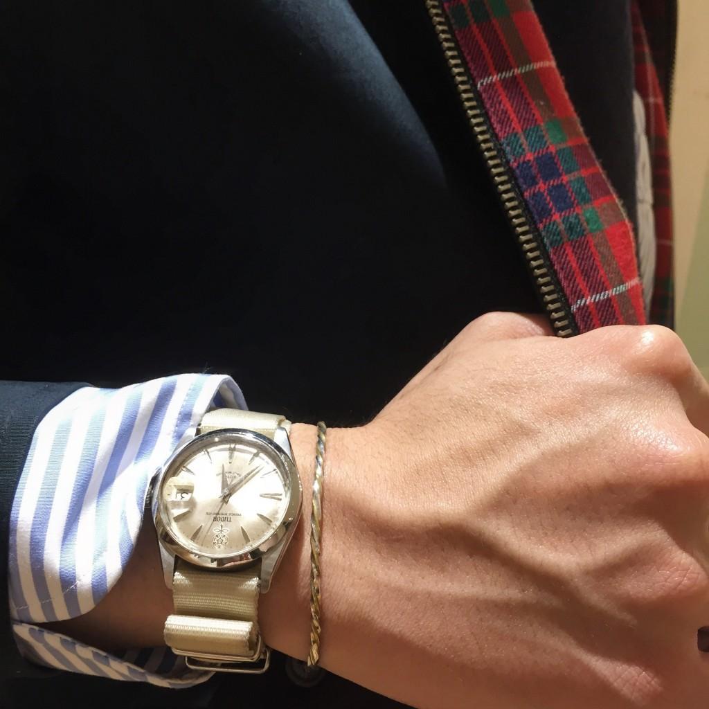私よりだいぶ年上、1960年代に生まれた時計。バラが刻まれた文字盤がお気に入りポイント。