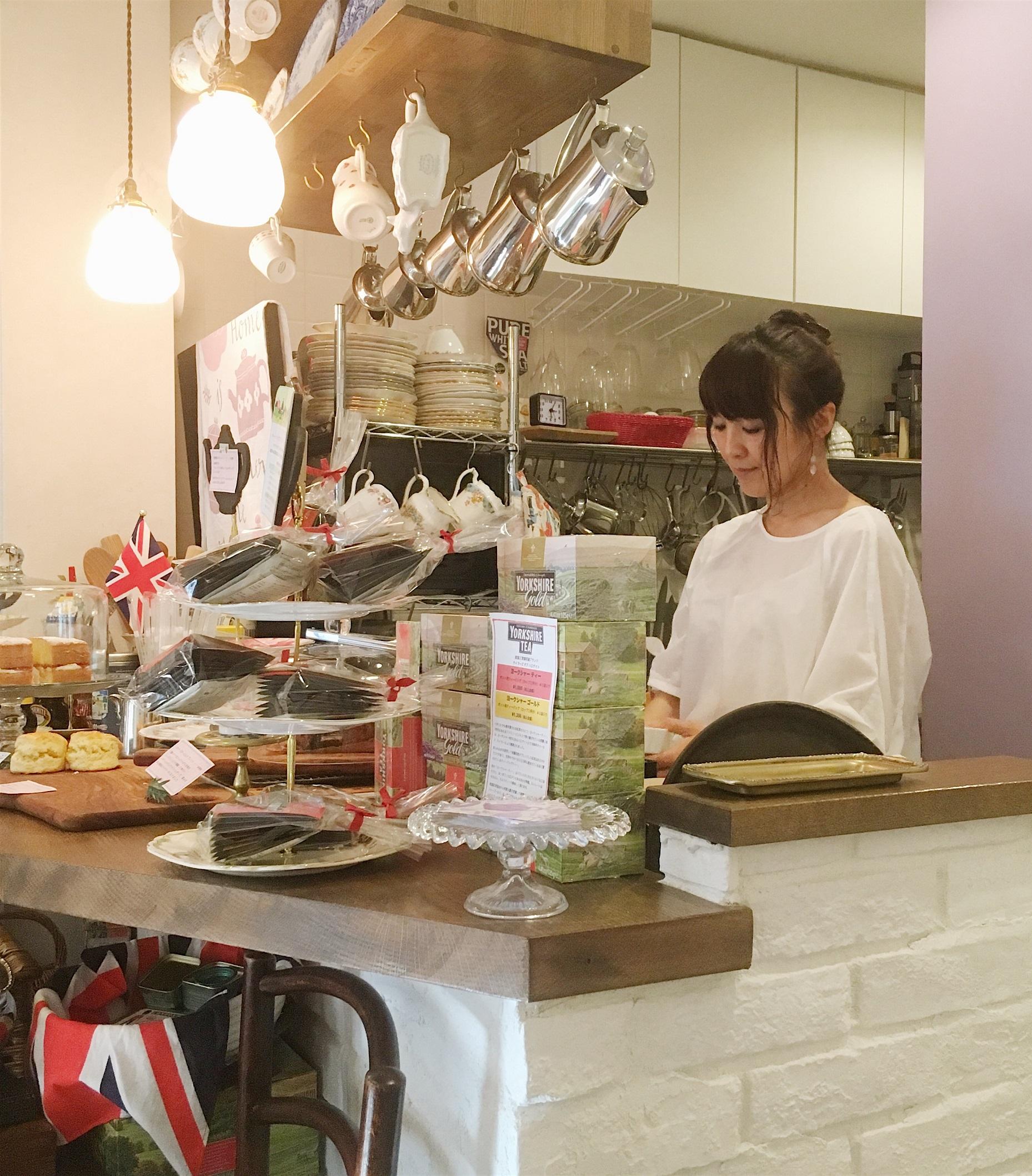 一人でお店を切り盛りする慶本さん。笑顔が素敵な方です。