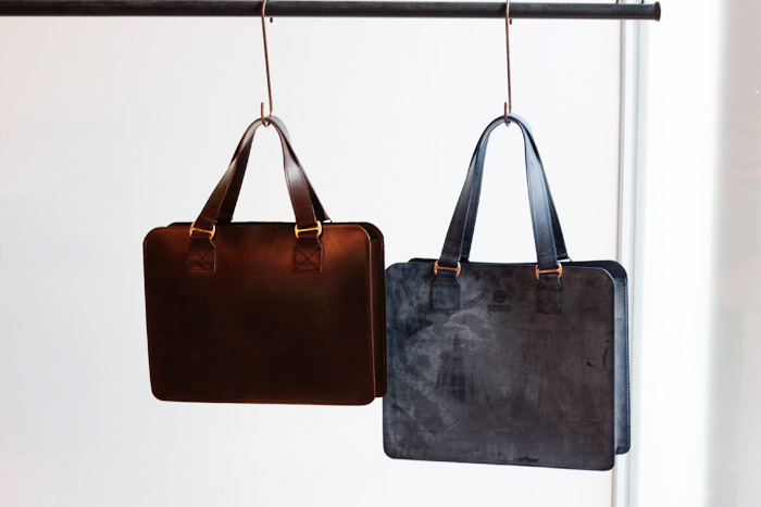 LEATHER TOTE BAG M ¥69,120-(税込) LEATHER TOTE BAG S ¥61,560-(税込)