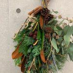 いよいよ12月。ホリデーシーズンの準備に、イギリス感あるクリスマススワッグをつくりました。