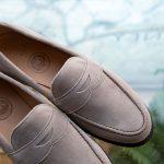 春夏の足元を柔らかく仕上げる。UK製スエードの定番ローファー。