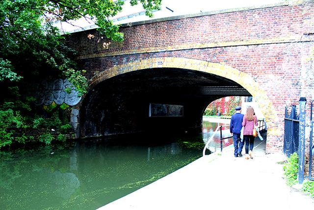 ボートがすれ違えるように幅広く作られたトンネル。イギリスの有名なエンジニア、ブルネル氏が初めてこのタイプのトンネルを設計した際、誰もが物理的に不可能だと言ったのを実際に作って見せて証明したそうで、それ以降次々と同じタイプのトンネルが作られたそうです。