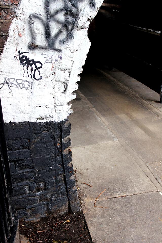 トンネルの入り口に刻まれた溝。馬でものを運んでいた時代に、馬車のロープがすれてできたのだとか。