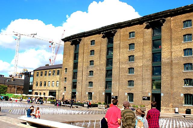 Kings Cross駅を設計したLewis Cubitt氏が手掛けたGranary building。今はアートの学校、セントラル・セントマーチンズとなっていますが、もともとはGranary(穀物貯蔵所)でした。当時は運河が建物の入り口につながっており、運河からボートが直接入れるようになっていたそうです。
