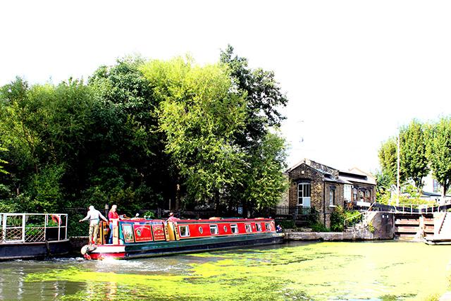 観光用のナローボートと、船頭さんが暮らす家。いつかボートに乗ってみたいです。