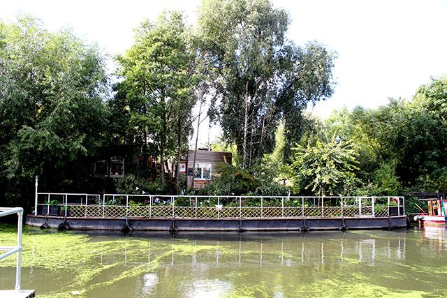 石炭やレンガを保管していた場所を利用して、木や花を植えて、緑の多い憩いの場が作られています。