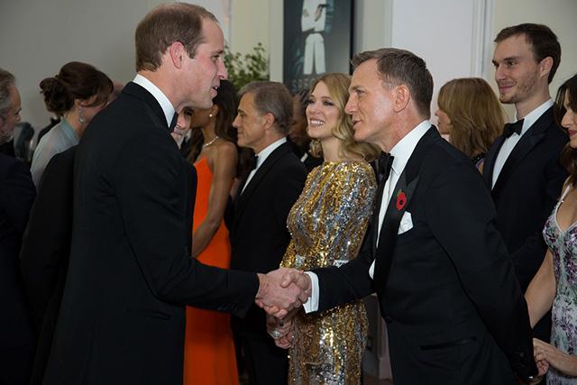 ウィリアム王子(左)とジェームズ・ボンド役のダニエル・クレイグ(『007 スペクター』プレミアより)