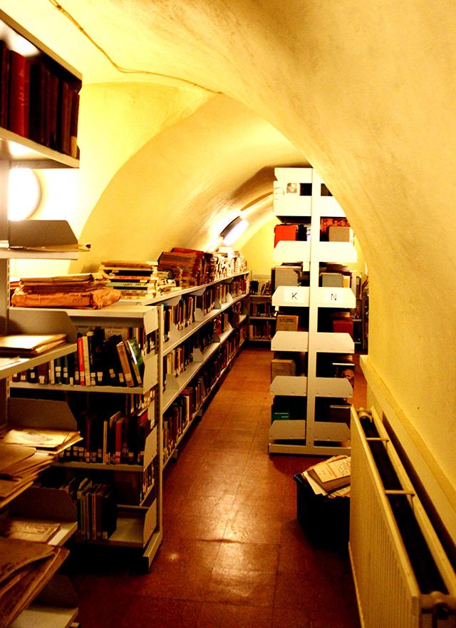 地下に迷路のように広がるトンネルにも書物がぎっしり。