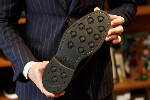 ダイナイトソールイギリス靴の合成ゴム底といえばこちら。100年以上の歴史を持ち、側面からは凹凸が見えないデザインのため、ビジネスでも使える。
