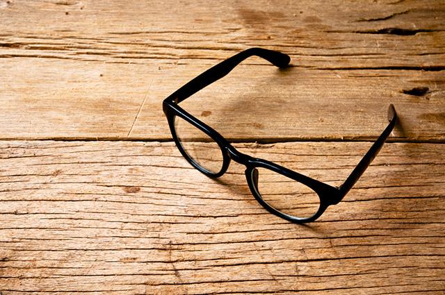 テーブルのメガネ