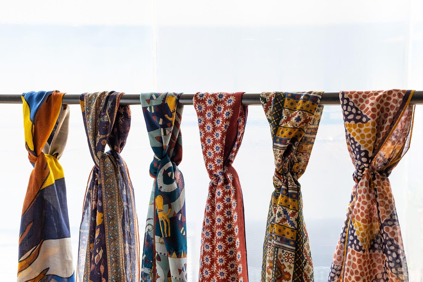 ドレイクス 軽やかで上品な素材感がコーディネートを格上げするスカーフ