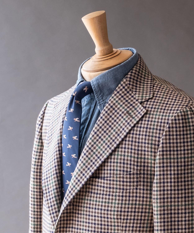 ドレイクス ネクタイとシャツの色味を抑えてジャケットの柄を活かす