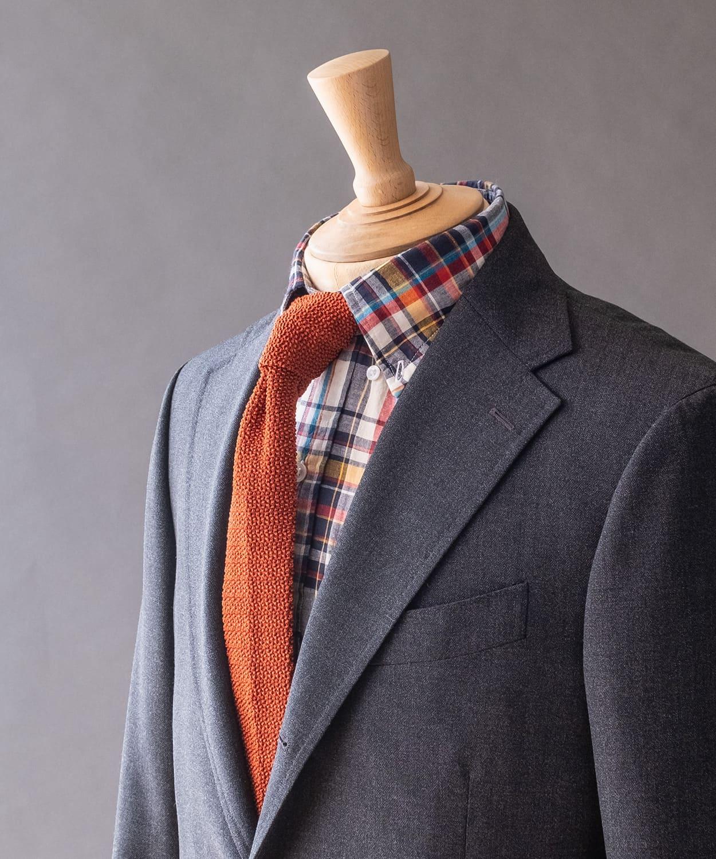 ドレイクス ミッドグリーンのスーツにあえて春夏らしい明るいカラーを