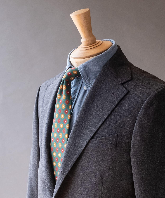ドレイクス 定番の色合わせに、深めの色合いと光沢感のある素材のネクタイを