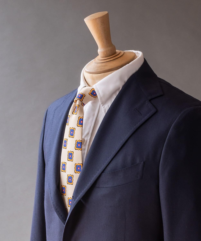 ドレイクス クリームカラーのネクタイで春夏らしい色味を