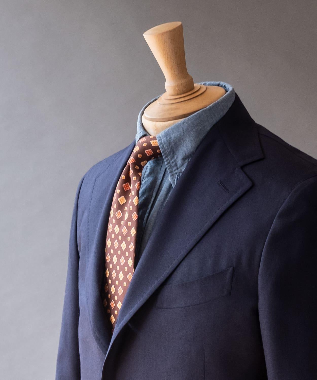 ドレイクス 逆の色味のネクタイも、アイテムのバランス次第で引き立つ
