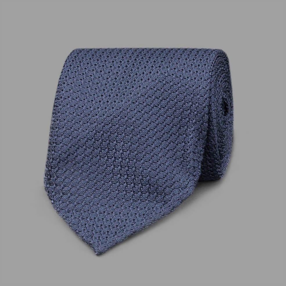 コットンやシルク、合繊、ウールなどの強撚糸を用い、「からみ織り」で織られるグレナディン