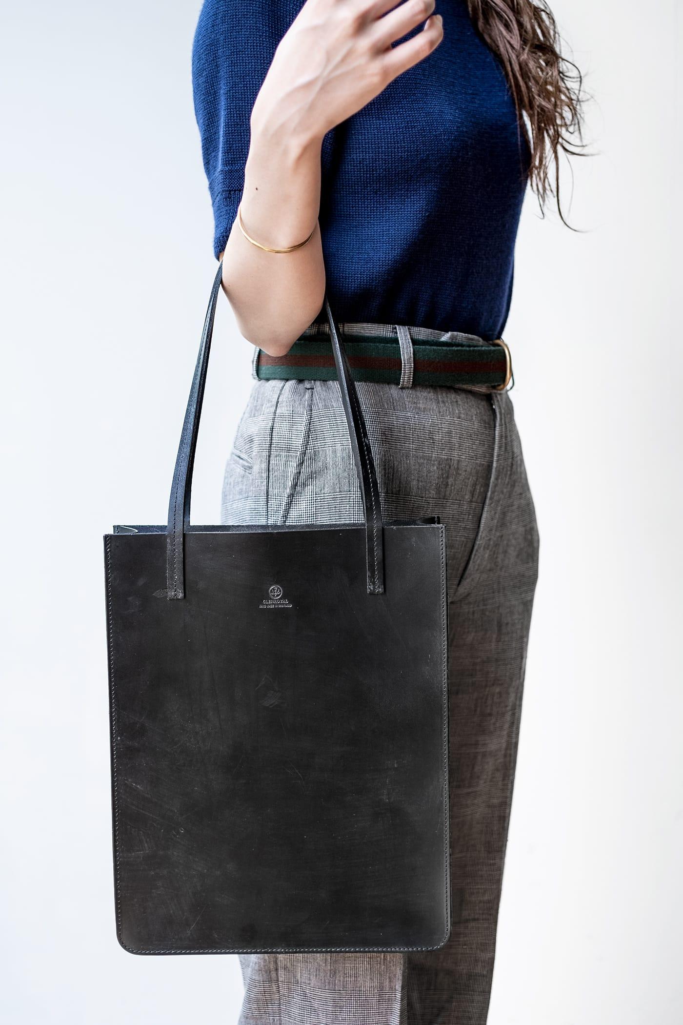 ブリティッシュメイド グレイスコレクションのA4 レザートートバッグには、美しく演出するディテールが満載