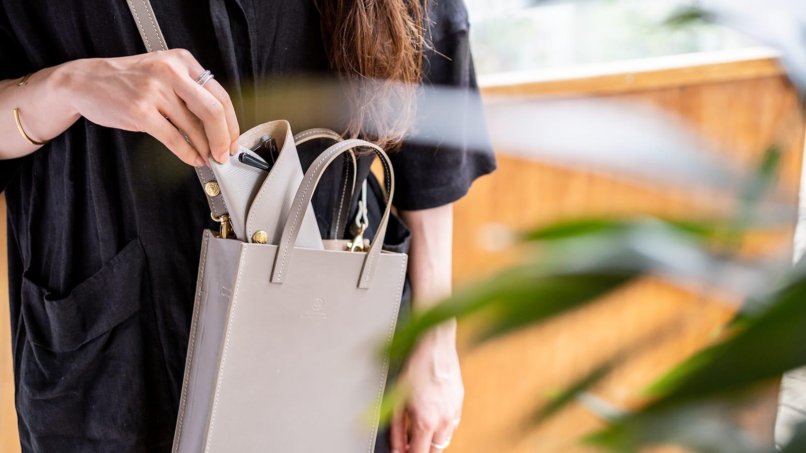 グレンロイヤルのグレイスコレクション ミニマムなサイズ感と機能性で、すっきり軽快に。A5レザートートバッグ