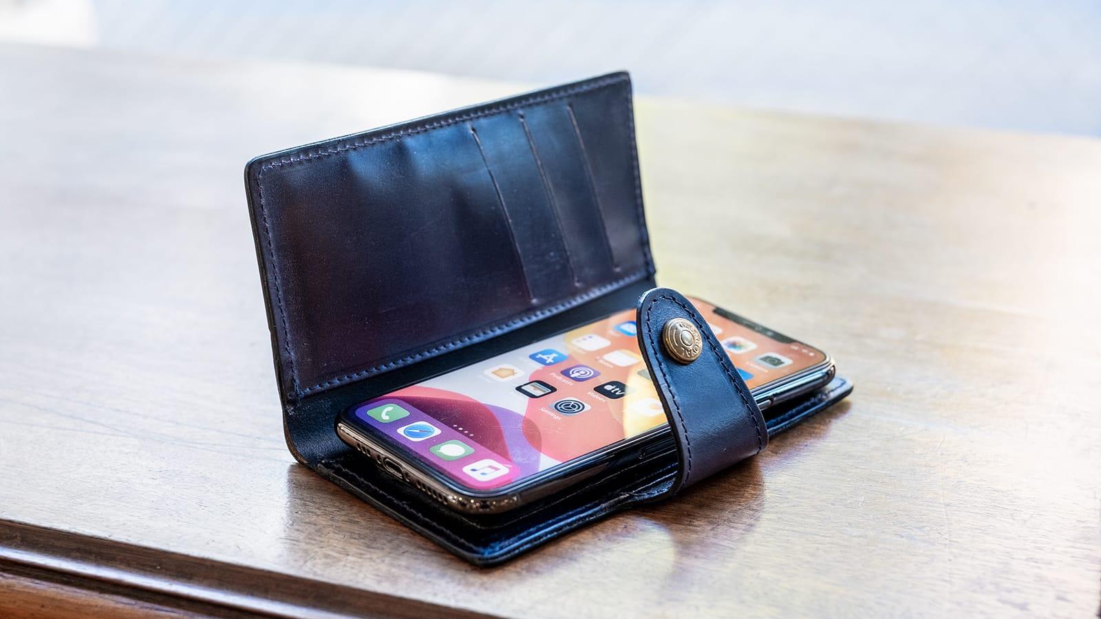ブライドルレザー仕立ての現代必須アイテム。手帳型スマートフォンケースがグレンロイヤルから新入荷。