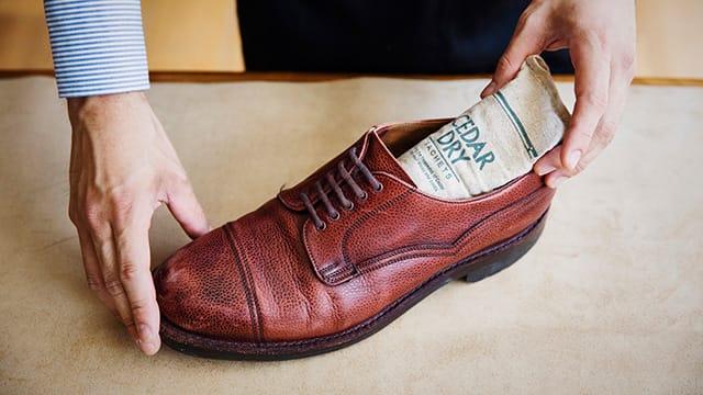 革靴の大敵、湿気やニオイを除去する3ステップ