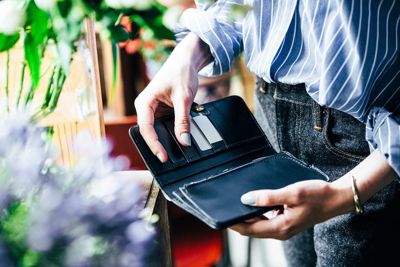 定番アイテムを紐解く。実用的なディテールにこだわられたグレンロイヤルの長財布。