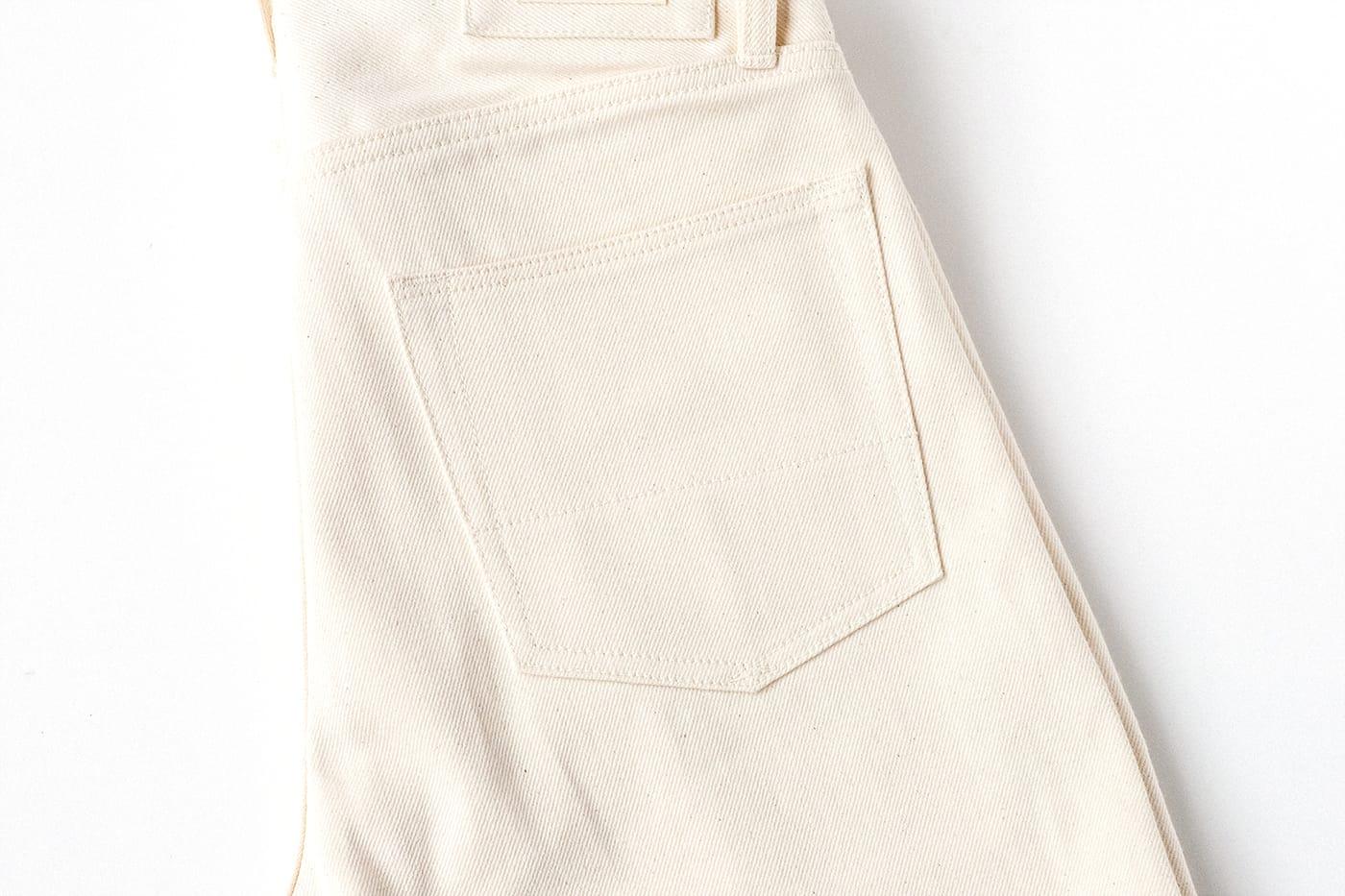 ブラックホースレーン アトリエ ホワイトデニム 横一文字でステッチングされたバックポケット内には補強布を採用
