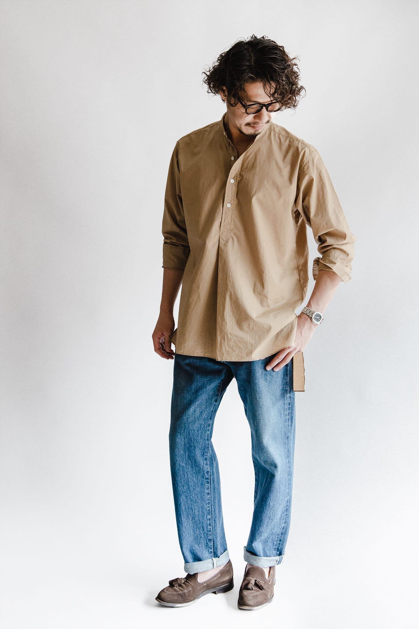 オフィサーシャツ「プリマス」 スタイリスト四方氏 コーディネート ベーシックなコーディネートながら、特徴的な裾のカッティングやプルオーバーのデザインで洒脱な雰囲気に
