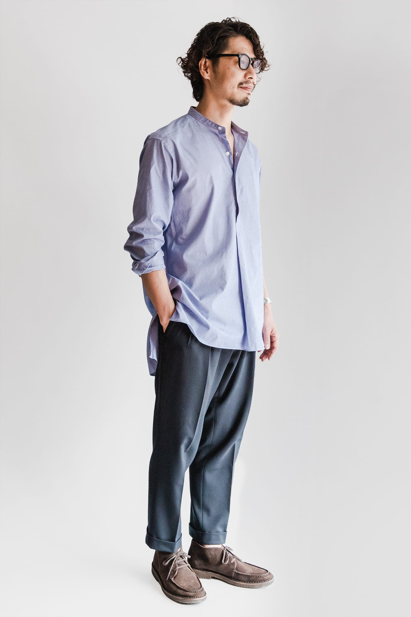 オフィサーシャツ「プリマス」 スタイリスト四方氏 コーディネート ネイビーウールのドレスパンツと合わせれば、上品さを保ちつつリラックスした装いが完成