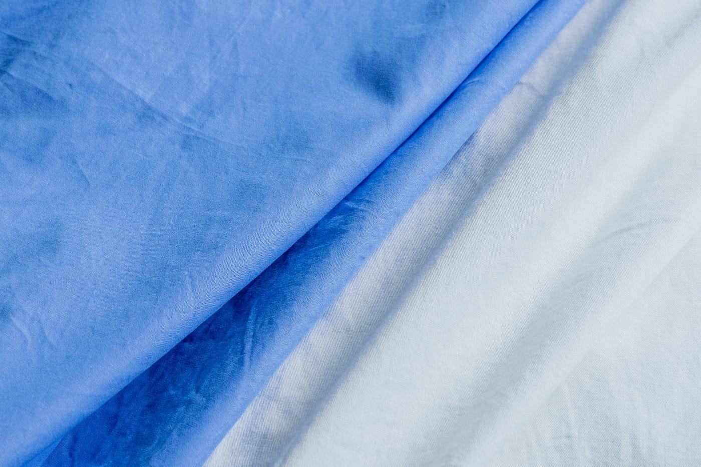 カジュアルシャツ「ブライトン」 表情の異なる2種類の生地。ともに製品洗い加工でこなれた風合いに