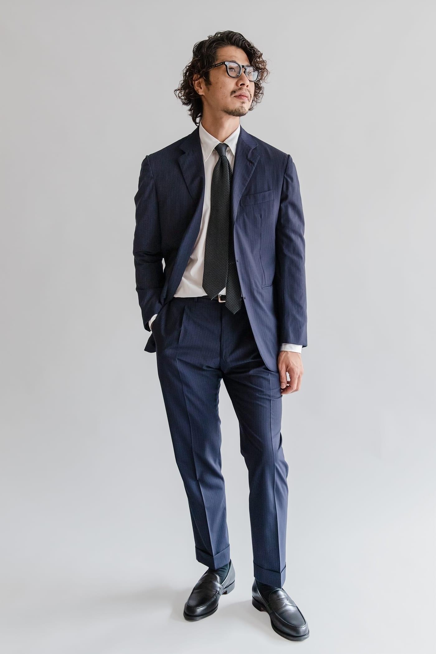 ドレスシャツ「ロンドン」 襟型が変われば、王道ネイビースーツも新鮮に